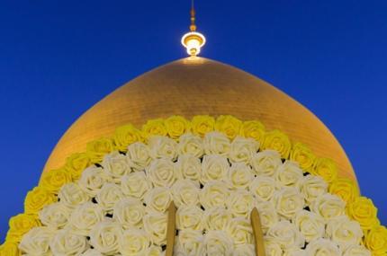 بالصور .. قبة مرقد أمير المؤمنين علي (عليه السلام) تشع نوراً وبهاءً في يوم ولادته الميمونة
