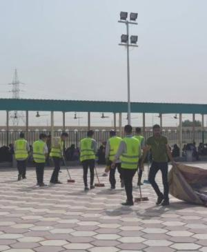 The volunteers division at of Imam Ali Holy Shrine participates in a campaign of cleaning and providing services to the visitors of Khatwa Imam Ali Mosque in the city of Basra.